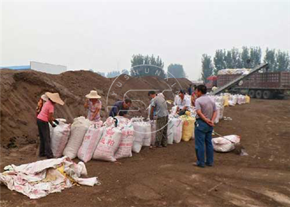 Farmers packing the Soybean Meal powdered by our Crushing Machine in to bags as powder organic fertilizer for sale